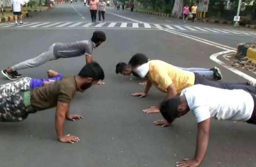 कोरोना के चलते बंद हो गए सारे जिम, तो लोगों ने सड़क पर शुरू कर दी एक्सरसाइज
