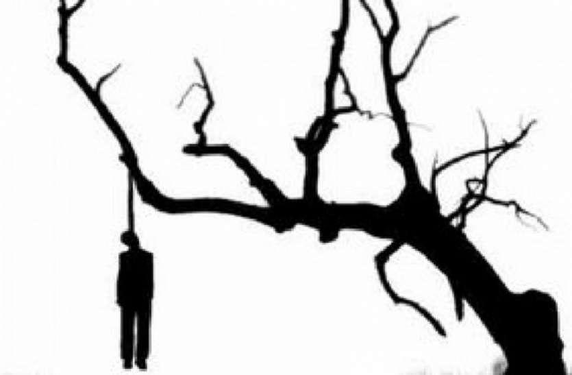 जींस और शर्ट के फंदे से पेड़ पर लटका मिला युवक का शव