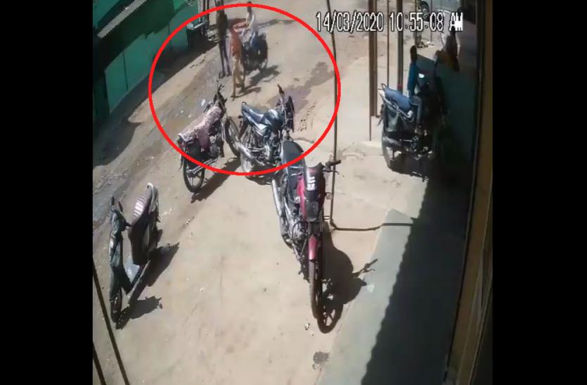 Live Video : सड़क पर पैदल आदमी को बाइक सवार ने ऐसी मारी टक्कर 'ऑन द स्पॉट' हो गई मौत