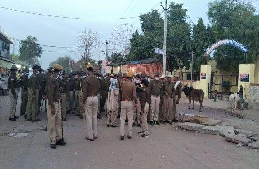 कोरोना के खौफ में मंदिर बंद, परीक्षा रद्द, संदिग्धों पर निगरानी के बाद अब सड़कों पर आई पुलिस
