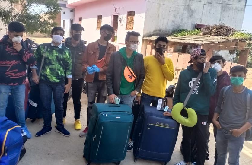 कोरोना के खौफ के बीच अर्मीनिया से अपने घर लौटे 10 छात्र