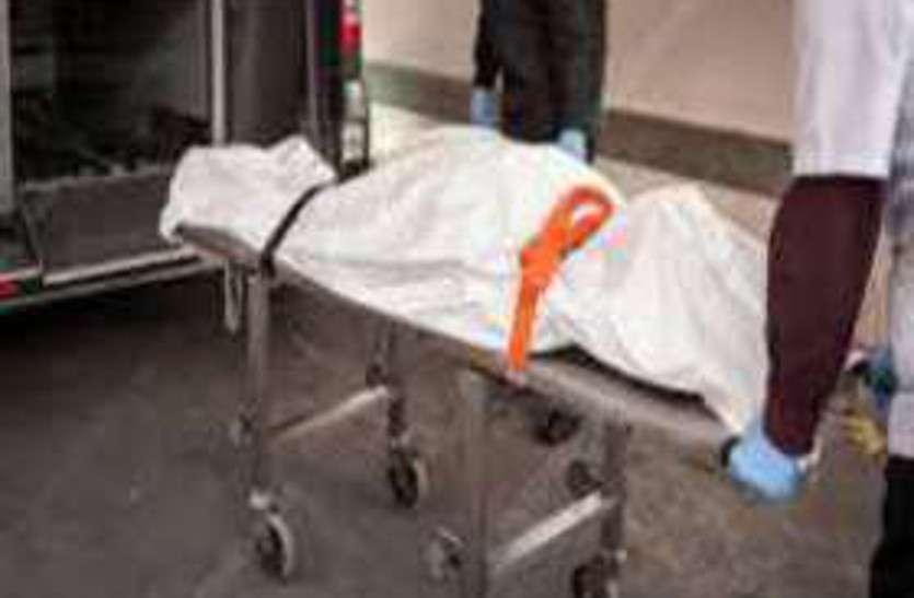 पिकअप की टक्कर से ससुराल जा रहे बाइक सवार युवक की मौत, पत्नी व 2 मासूम बेटे गंभीर