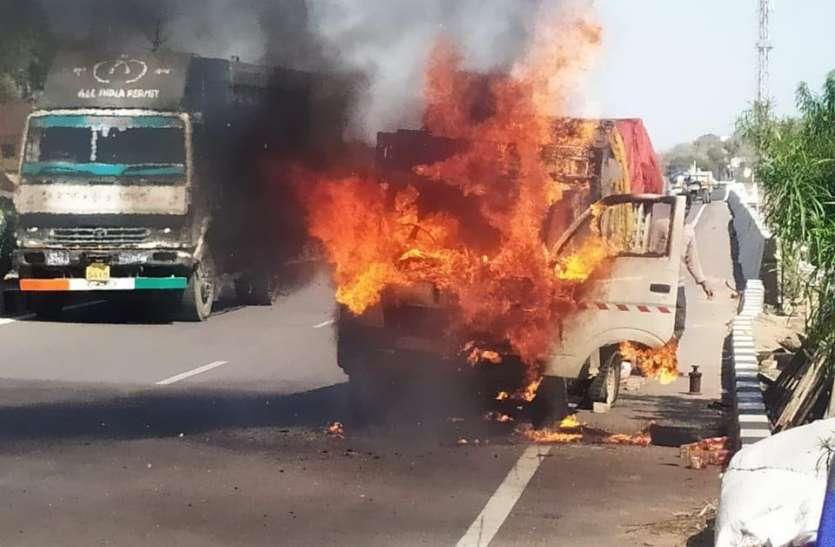 धूं-धूं कर जल गया लोडिंग वाहन