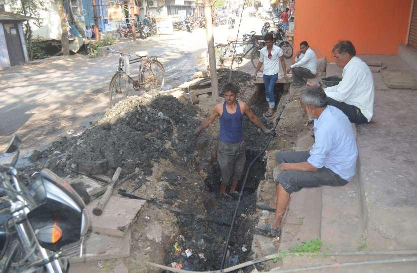 38 साल पुरानी पाइप लाइन से 40 प्रतिशत एरिया में पानी सप्लाई कर रही नपा, लीकेज से हो रहा दूषित