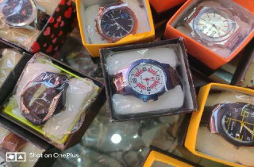 कस्टम का माल बताकर ब्रांडेड के नाम नकली घडिय़ां बेचने का धंधा पकड़ा
