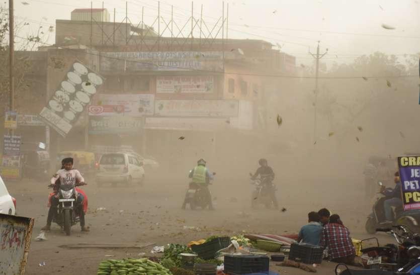 दोपहर मौसम ने ली करवट, तेज अंधड़ के बीच ओलों के साथ हुई मूसलाधार बारिश, कई जगह गिरे पेड़, शहर में ब्लैक आउट की स्थिति