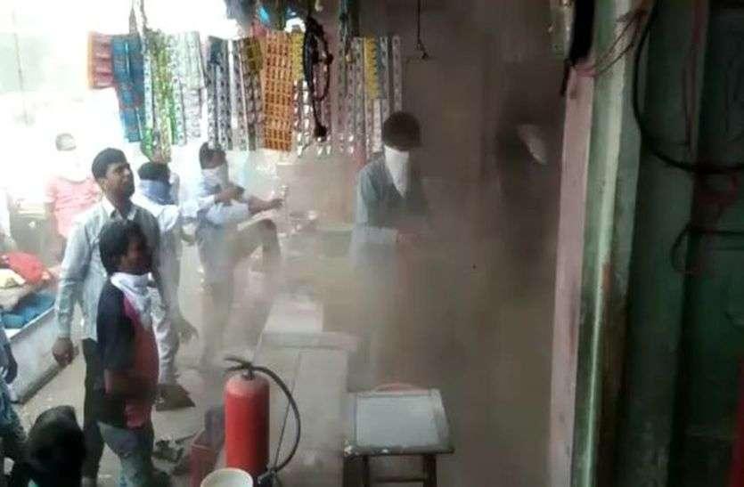 इनवर्टर में ब्लास्ट से लगी आग, मची अफरा-तफरी