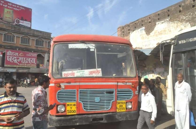 महाराष्ट्र की बस आई, 72 घंटे से भूखे-प्यासे थे लोग, समाजसेवियों किए फल वितरित