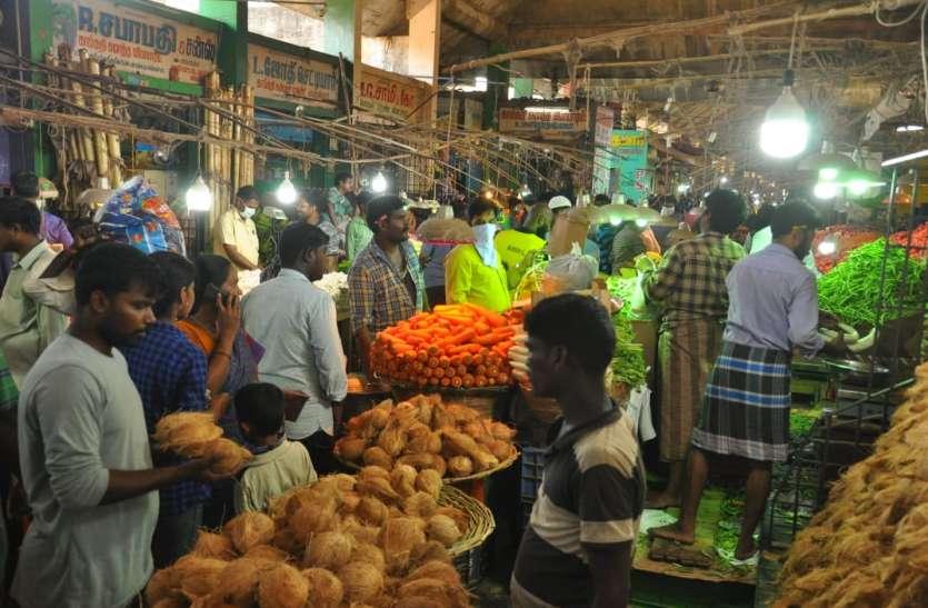 बाजार में टूट पड़े लोग, किराना और सब्जी की दुकानों पर भीड़