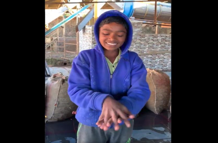 छोटे उस्ताद के हाथ धोने के तरीके पर फिदा हुई जनता, देखें वायरल वीडियो