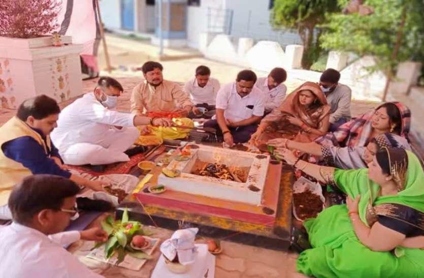 लापरवाही: जनता कर्फ्यू में घर में कैद रहने के बजाय विधायक जी ने नेताओं की पूरी मंडली के साथ किया हवन