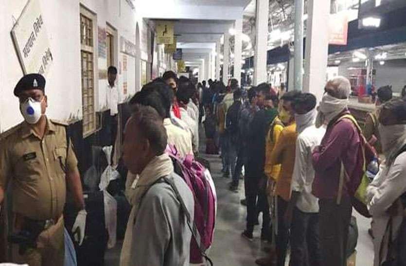 कोरोना खौफ: देर रात मुंबई-हावड़ा रूट के इस स्टेशन पर उमड़ी भीड़ जाने पूरा मामला