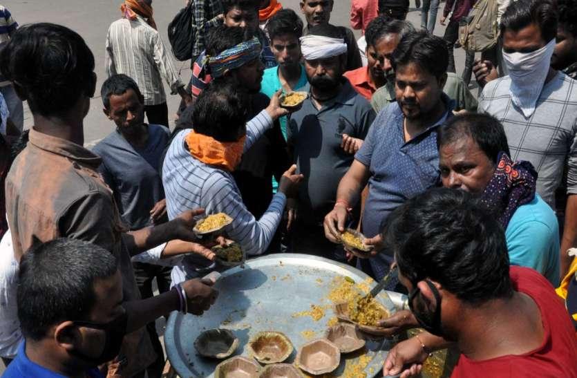 Coronavirus Special: जनता कर्फ्यू के दौरान परेशान यात्रियों को कराया भोजन