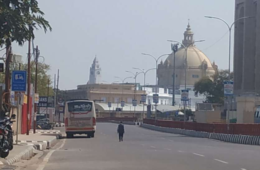 लखनऊ में कोरोना वायरस के खिलाफ जनता कर्फ्यू को मिला जबदस्त समर्थन, लखनऊ पुलिस के जवान मुस्तैद