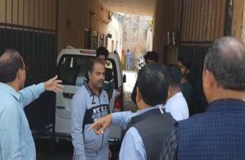 Janta Curfew: बैडमिंटन खेल रहे दो युवकों को एडीएम ने सुनाई खरी-खरी, विरोध पर लाठियाते हुए कहा- जेल में डालो