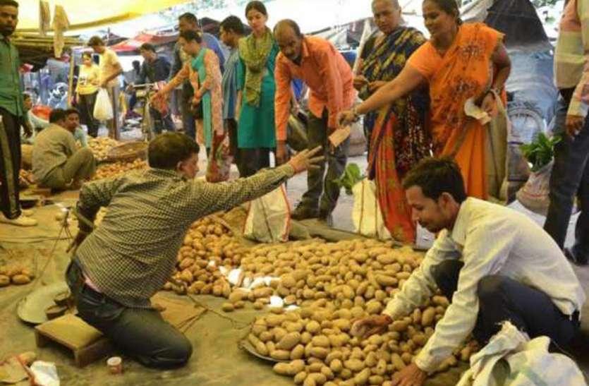 लॉकडाउन: दूध और ब्रेड की हुई किल्लत, सब्जी का भी स्टॉक कर रहे लोग