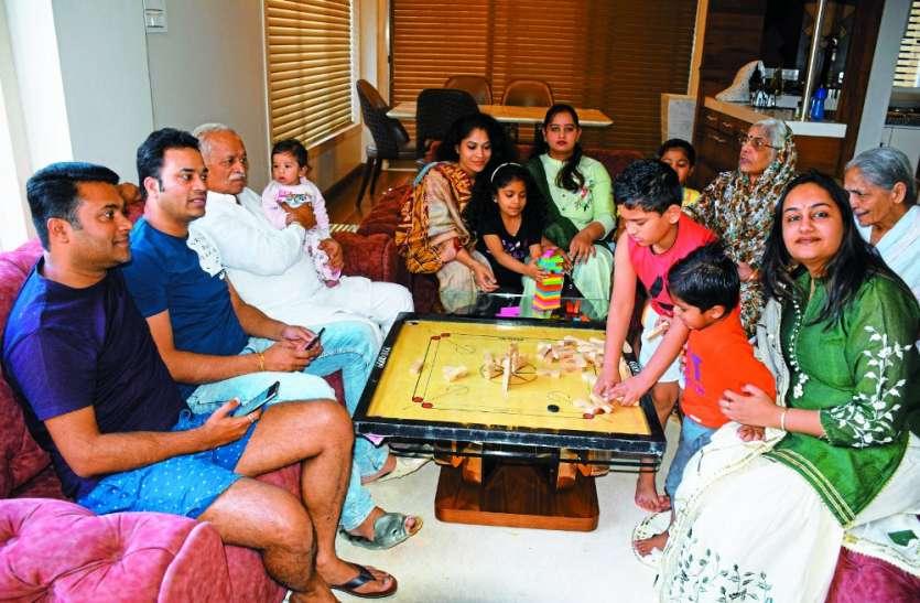 खुशियों का घरौंदा: बच्चों ने पापा के साथ खेला कैरम, फैमिली के साथ बिताया समय