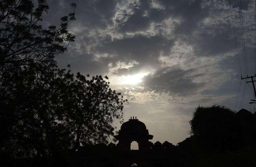सुबह-शाम छिटपुट बारिश, साढ़े चार डिग्री लुढ़का पारा