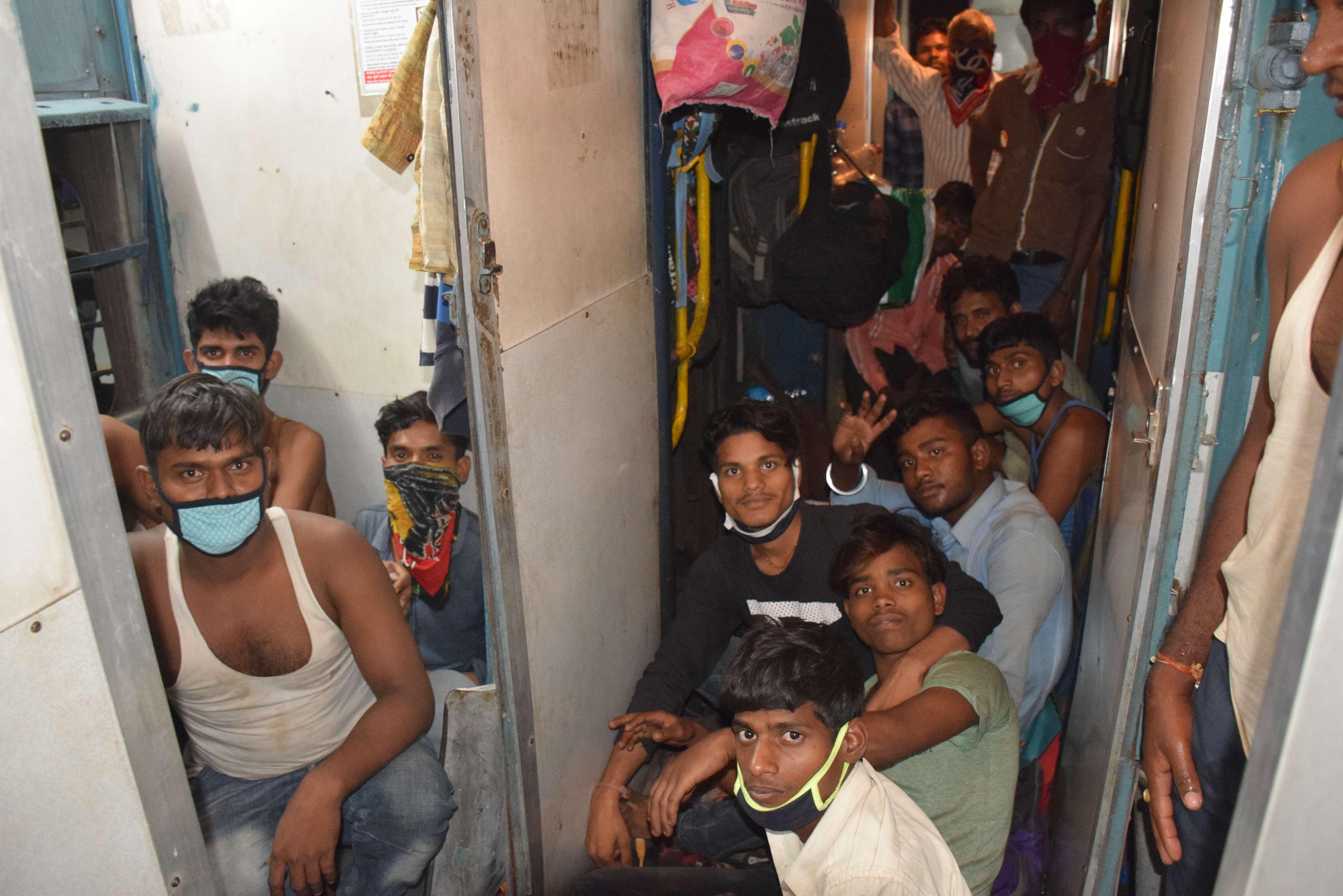 कोरोना वायरस: मुसाफिरों ने बाथरूम में बैठ किया सफर, देखें फोटो में