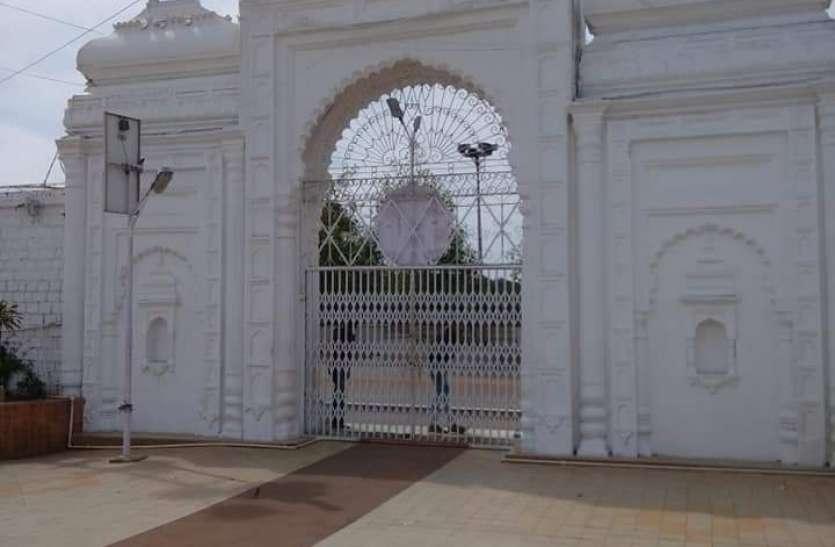कोरोना : भक्तों के लिए मंदिर के दरवाजे बंद, घरों में शक्ति की उपासना
