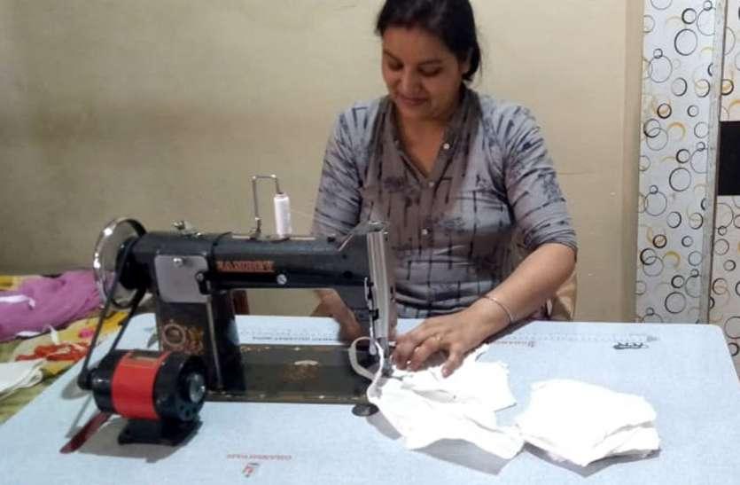 Masks.....यहां नई पगडिय़ों के कपड़े से पत्नी बना रही मास्क, जरूरतमंद को बांट रहा पति