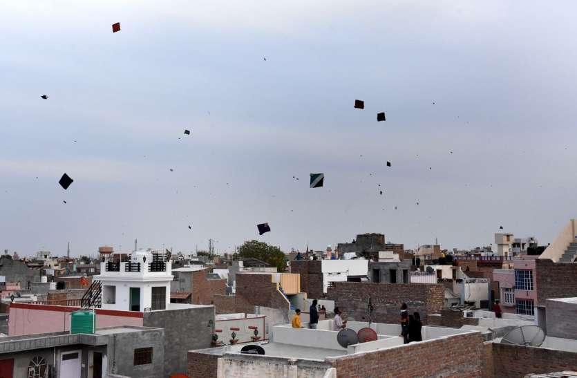 शाम को छतों पर पतंगबाजी का लुत्फ उठा रहे शहरवासी