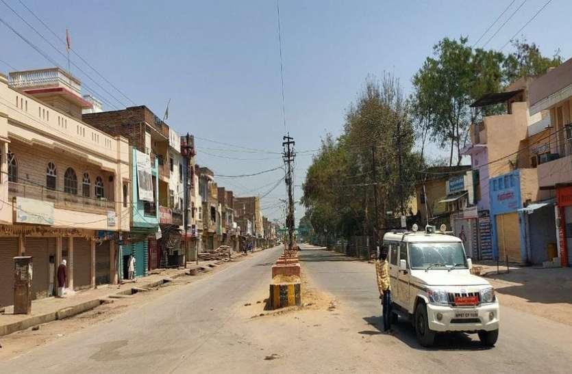 कफ्र्यू का पालन : बाहर निकलने वालों पर पुलिस ने बरसाए डंडे