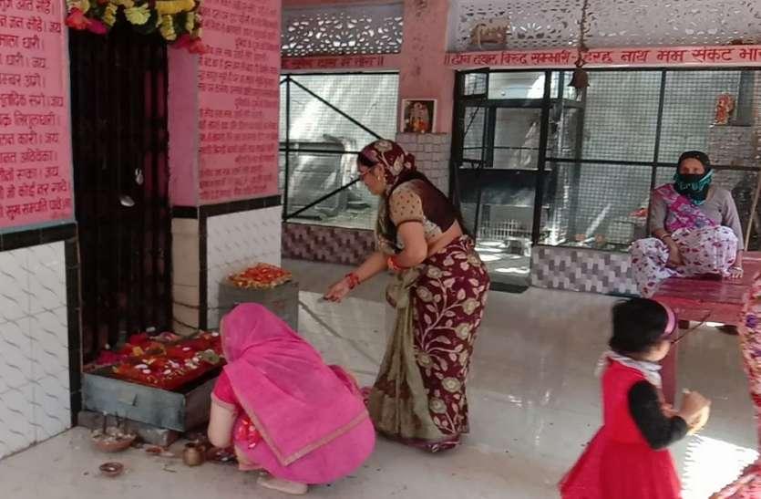 मंदिर में दर्शन करने वाले श्रद्धालुओं पर दिखा वायरस का भय, बारी बारी से किए आदिशक्ति के दर्शन