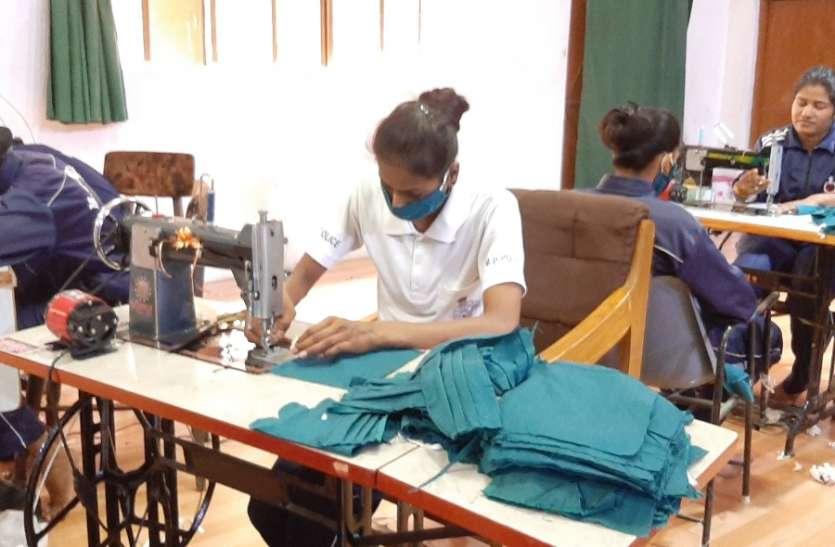 महिला पुलिसकर्मियों ने 24 घंटे में बना दिए पांच हजार मास्क