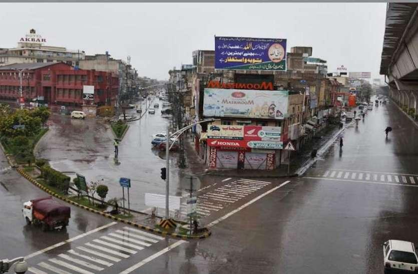 पाकिस्तान: कोरोना के कहर के बीच रेवेन्यू अधिकारियों ने संक्रमितों के साथ ली सेल्फी, 6 सस्पेंड