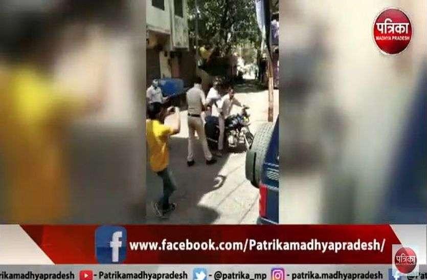 देखें VIDEO लॉकडाउन में बाहर निकले तो मिलेगा पुलिस के डंडो का प्रसाद