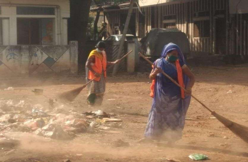 सफाईकर्मियों को दिया एक मास्क, हो रहा उनके स्वास्थ्य से खिलवाड़