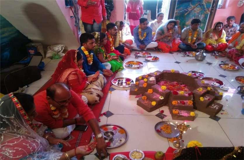मंदिरों के पट रहे बंद, घरों में की देवी आराधना