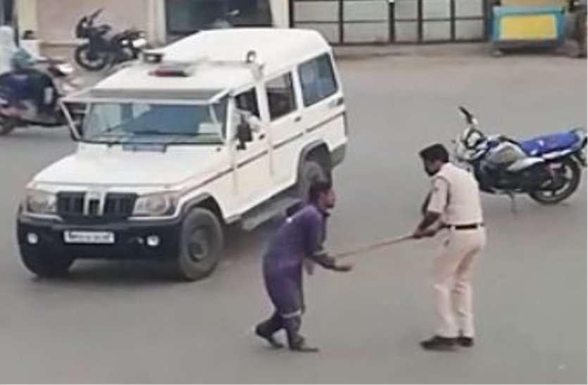 ऐसे लोग समाज के दुश्मन : पुलिसकर्मी ने समझाया तो युवक ने पकड़ ली गर्दन