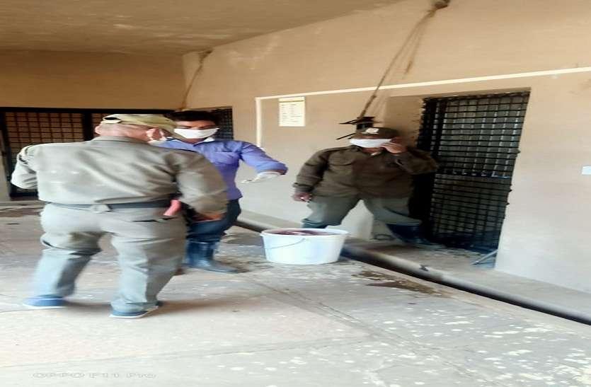 मास्क और गलब्स पहनकर वन्य प्राणियों की देखरेख कर रहे वन विहार के कर्मचारी