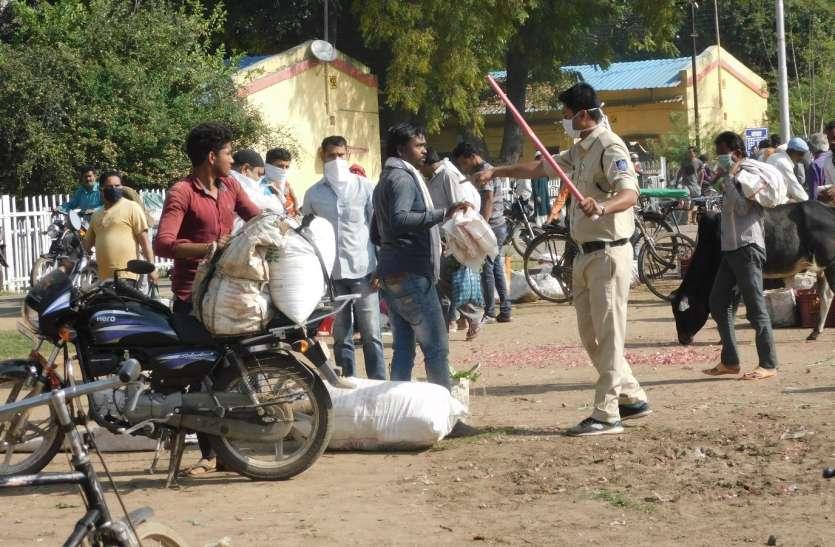 लॉकडाउन का पालन नहीं किया तो पुलिस ने दिखाई सख्ती, लौटाया घर