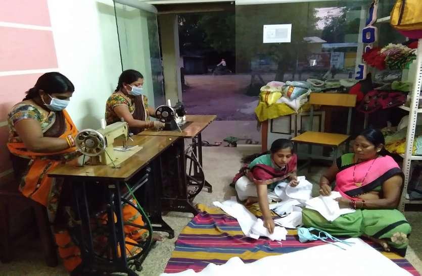 इंदिरा मार्केट और हटरी बाजार के बदले अब नवीन स्कूल मैदान में लगेगा सब्जी बाजार, महिलाएं बना रही मास्क