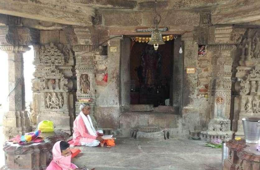 घरों में घट स्थापना, मंदिरों से रौनक गायब