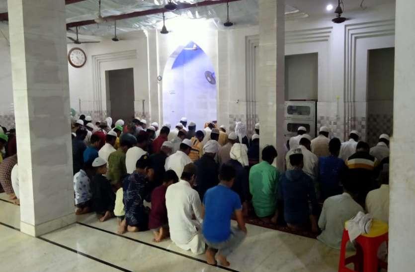 Lockdown: मस्जिदों में पुलिस का छापा, चोरी-छिपे सैकड़ों लोगों को नमाज पढ़ा रहे दो मौलाना गिरफ्तार