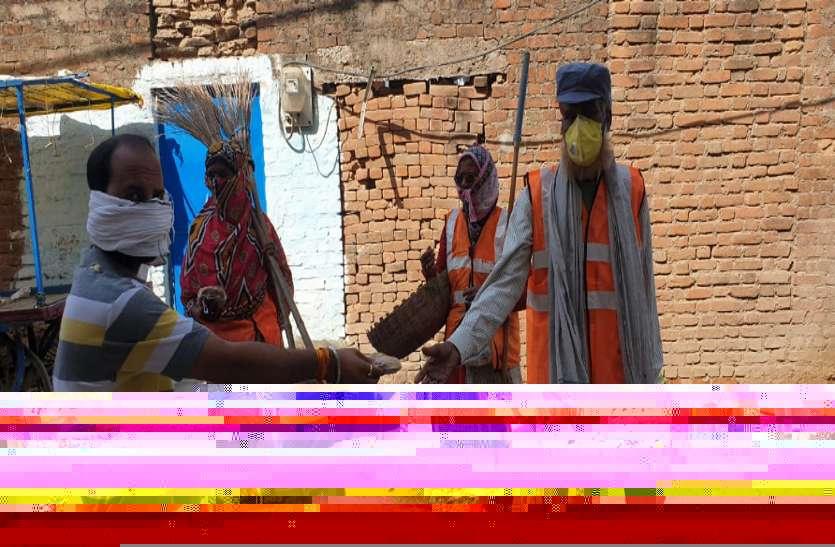 सफाईकर्मियों व गरीबों को बांट रहे खाना