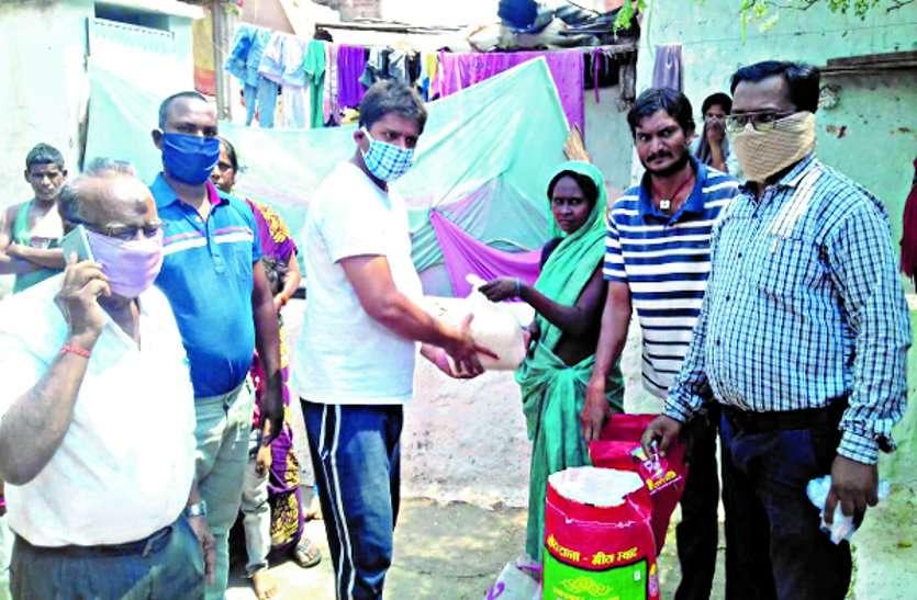 सामाजिक संस्था व पुलिस प्रशासन ने प्रारंभ की घर-घर भोजन बांटने की सेवा
