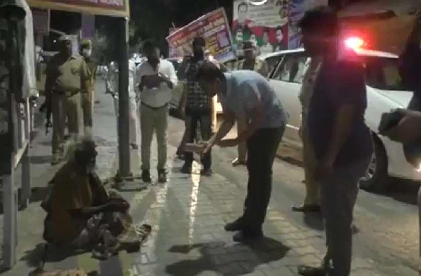 बाराबंकी में डीएम-एसपी ने गरीबों और दिहाड़ी मजदूरों को बांटे खाने के पैकेट