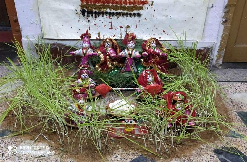 परकोटे में महिलाओं से कर रहे अनुरोध, हमारे घर ना आएं गणगौर पूजने