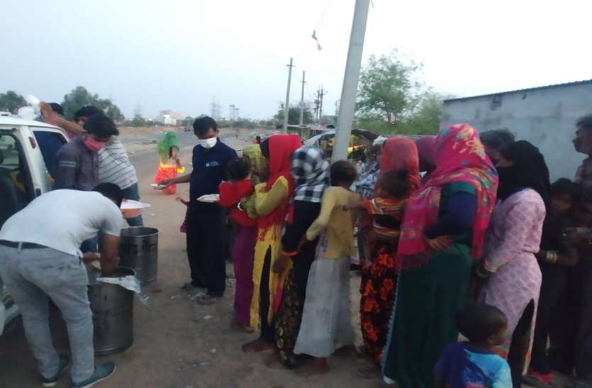 बंद के दौरान मजदूरों के लिए खाना जुटाने में जुटे सामाजिक संगठन