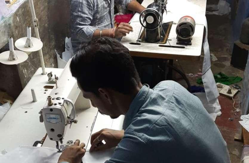 मास्क के लिए कोई उपलब्ध करवा रहा कपड़ा तो कोई बना रहे निशुल्क