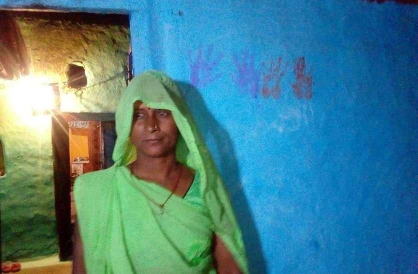 महामारी से बचने अंधविश्वास का ले रहे ग्रामीण सहारा, हर एक घर से जुटाया पांच-पांच रुपया चंदा, खरीद रहे हरी चूड़ी, महावर