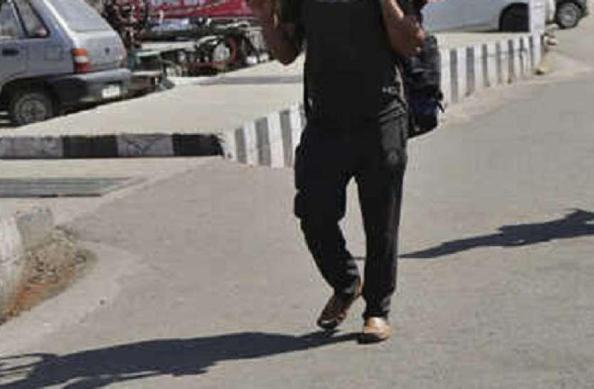 Lockdown: पानीपत से पैदल ही निकल पड़ा भूखा युवक, 300 किमी दूर है घर, पुलिस ने खिलाया खाना