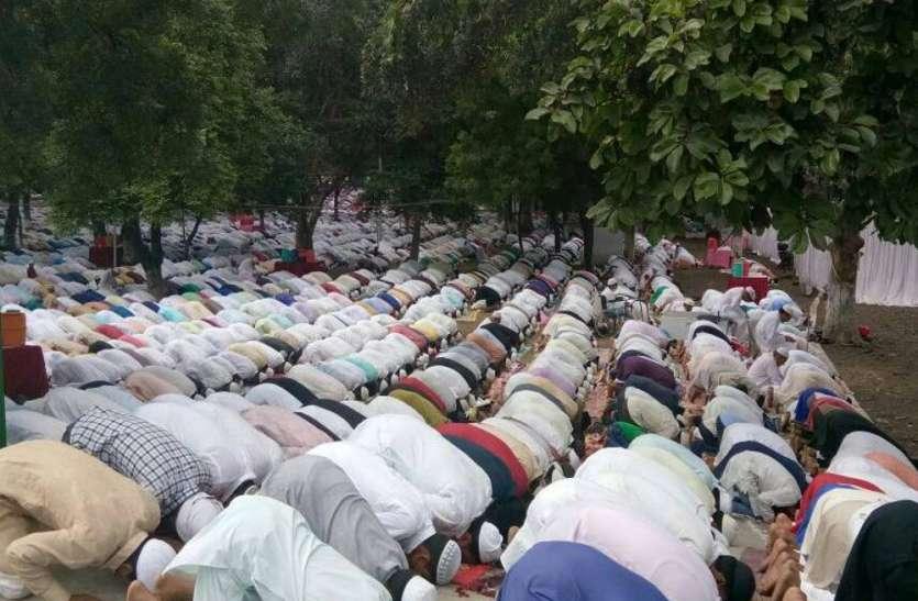 मस्जिदों के अंदर समूह में पढ़ी नमाज, एफआईआर दर्ज