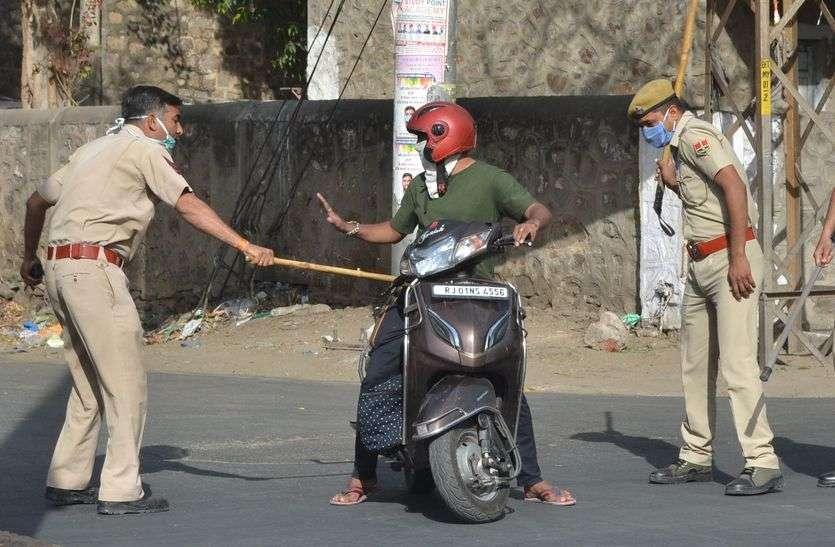 Police Action-सड़क पर निकलने पर लगाई फटकार, जरूरतमंद को खाने के पैकेट भी बांटे