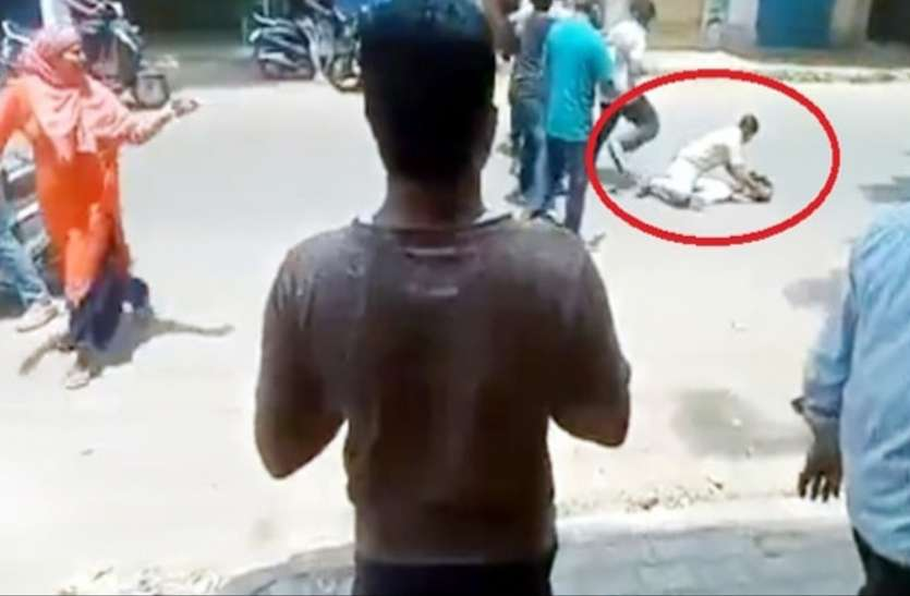 लॉकडाउन: सड़क पर घूमने से पुलिसवाले ने रोका, लोगों ने पीट-पीटकर किया बुरा हाल
